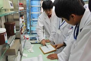 学内総合調剤実習室における調剤体験